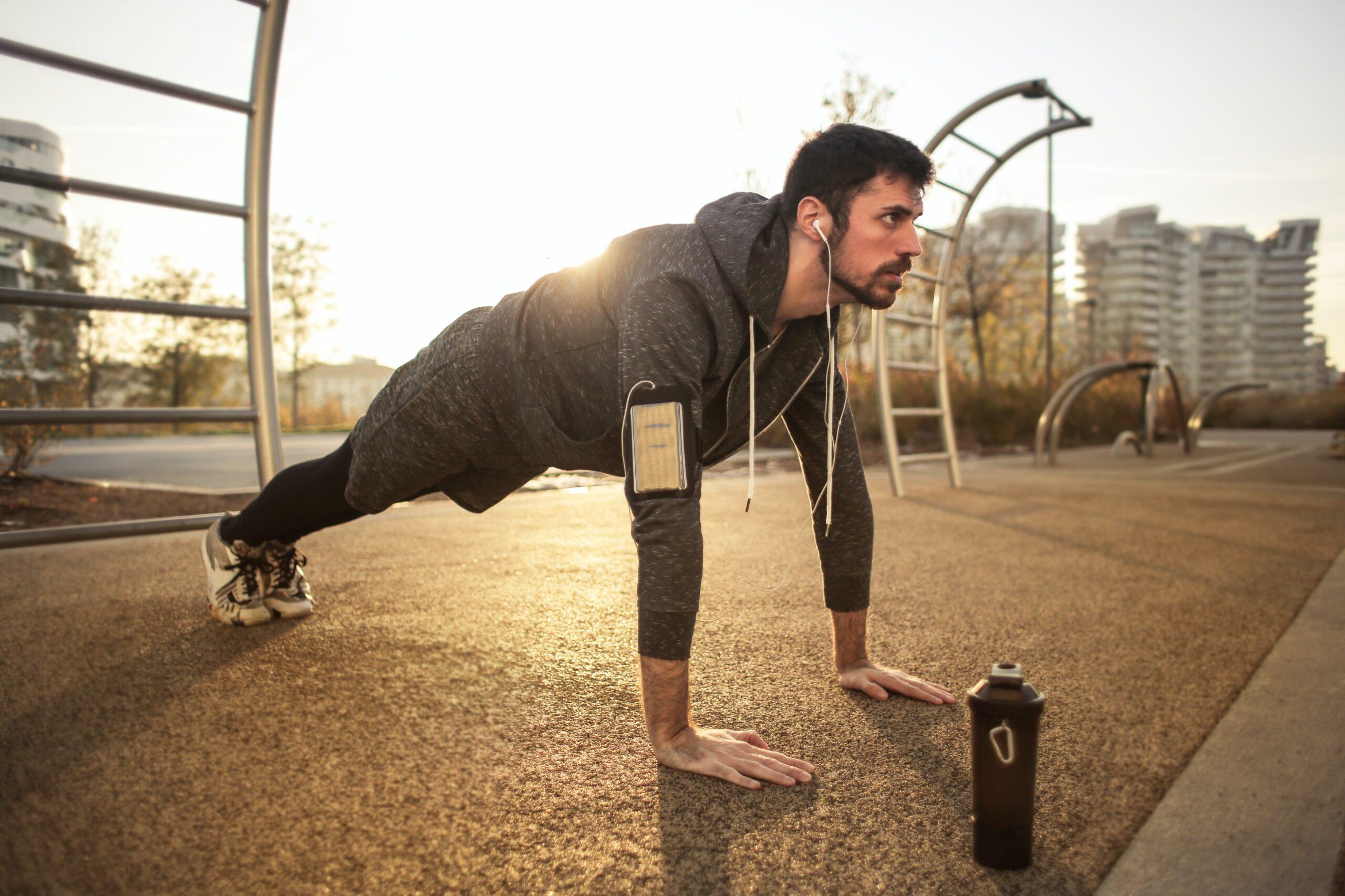 street workout park, férfi fekvőtámaszozik